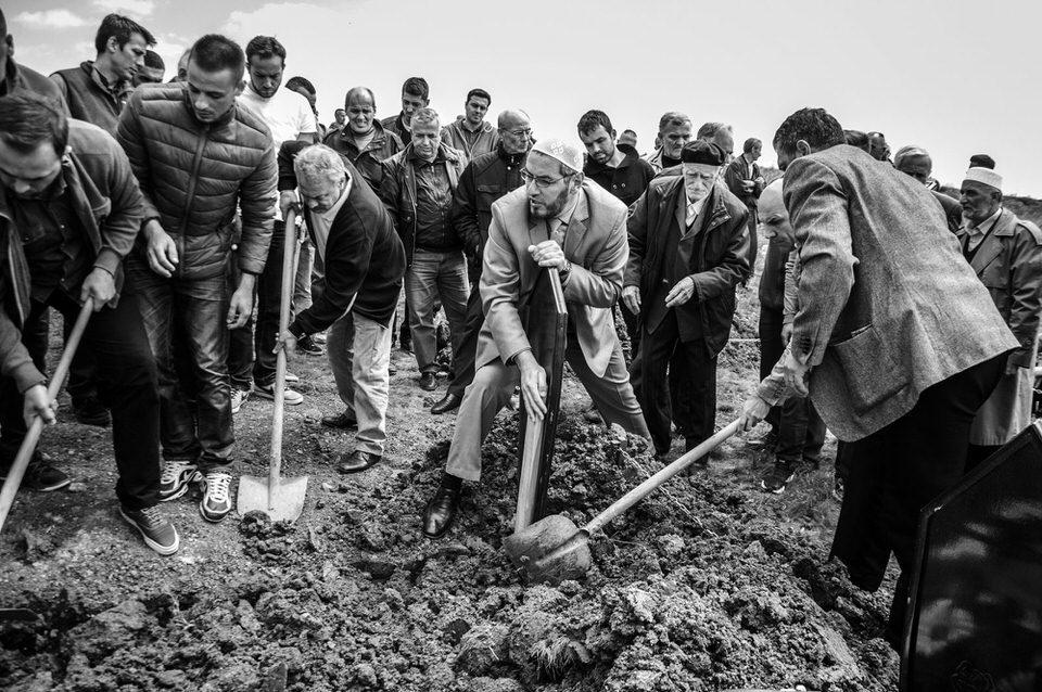 Männer graben