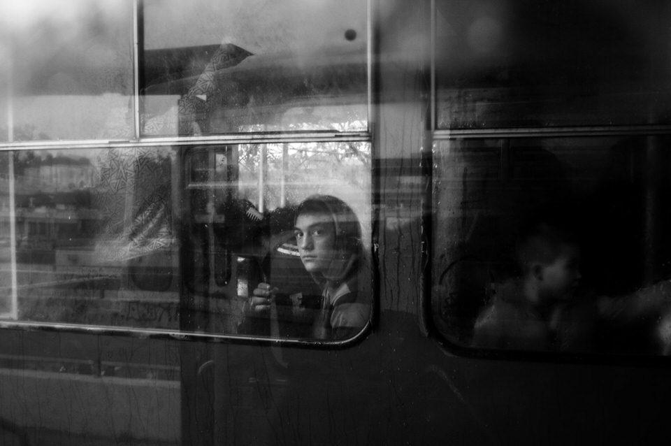 Ein Kind in einem Bus