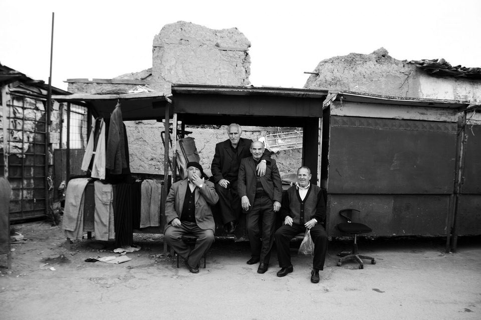 Männer posieren auf der Straße
