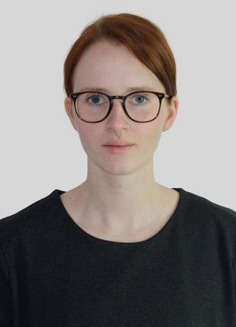 Eine Frau mit Brille.
