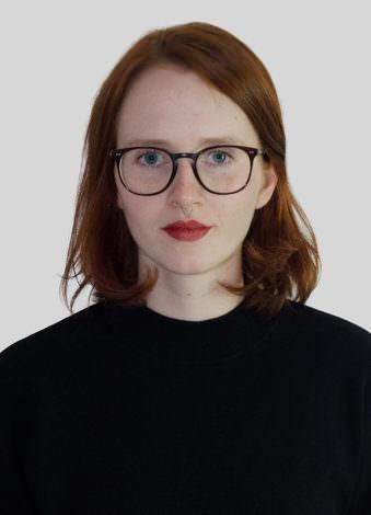 Eine Frau mit Brille und offenen Haaren.
