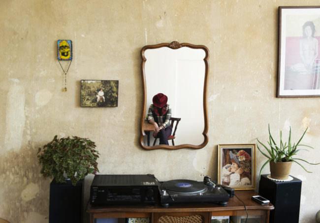 Ein mann im Spiegel