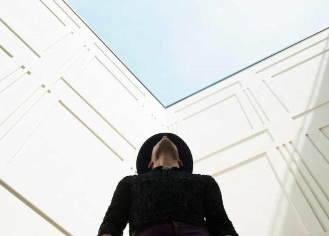 Ein Mann sieht nach oben
