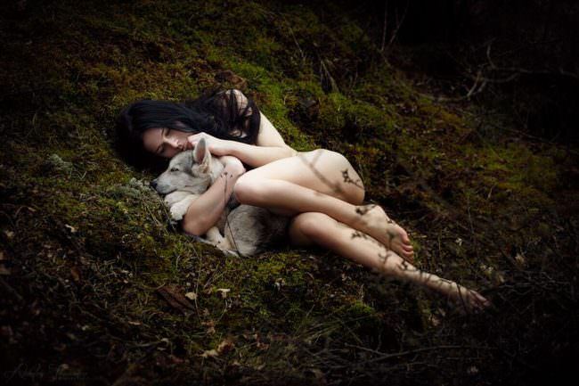Nackte Frau mit Babywolfshund