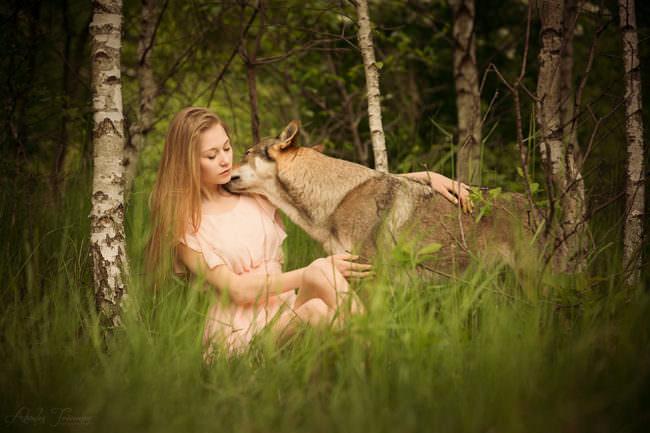 Eine Frau mit Wolfshund