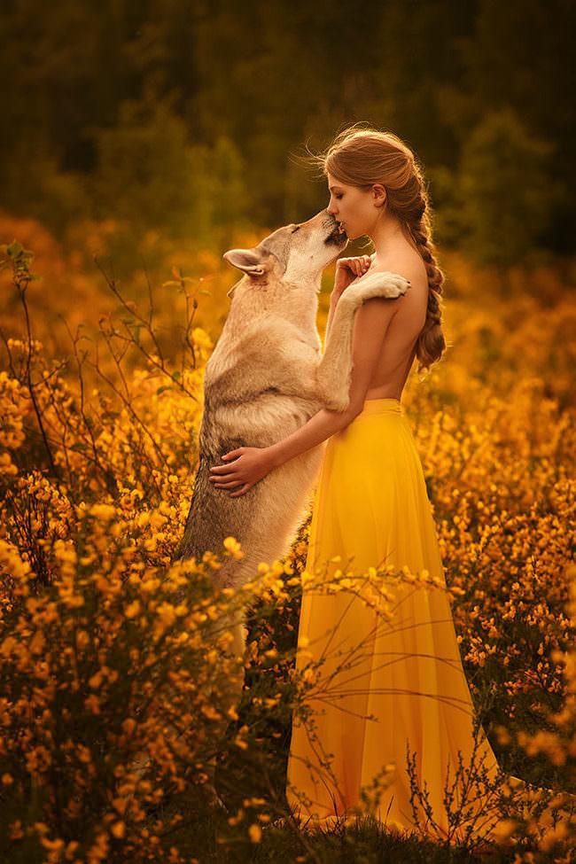 Frau mit Hund vor gelben Blütenmeer