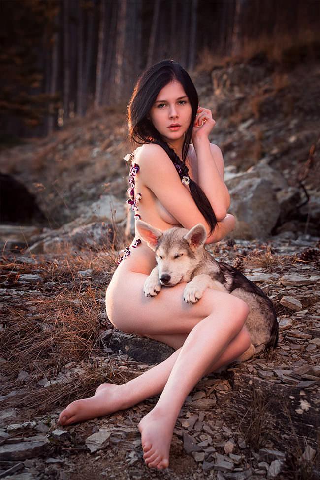 Nackte Frau mit Wolfshundbaby
