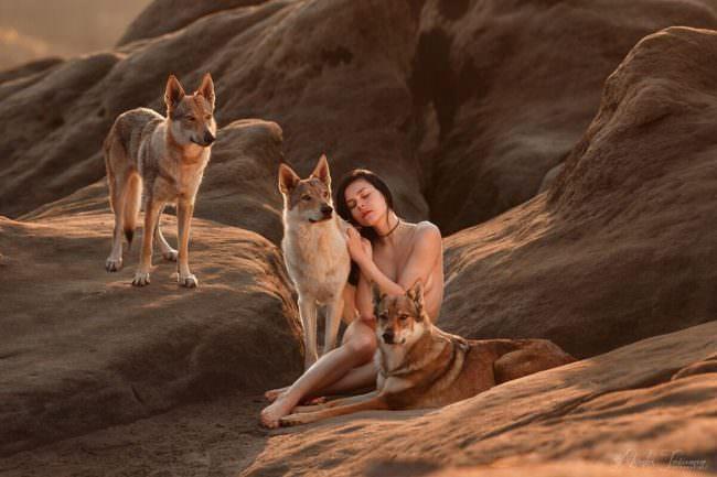 Frau mit Wolfshunden