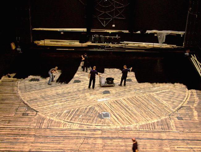 Luftansicht eines gestreiften Untergrundes der von 4 Personen schwarz gemacht wird.