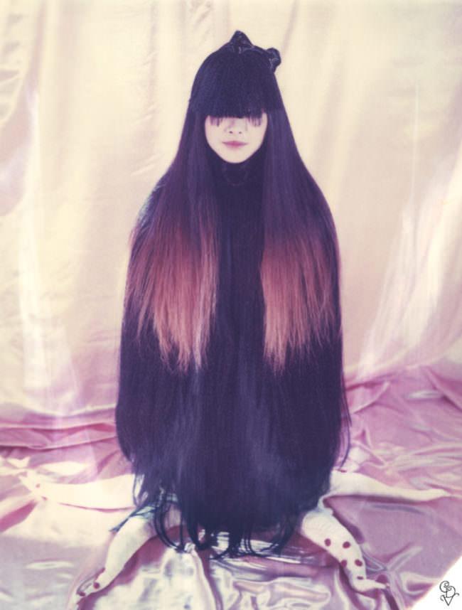 Portrait einer Frau mit langen Haaren und Tintenfischbeinen