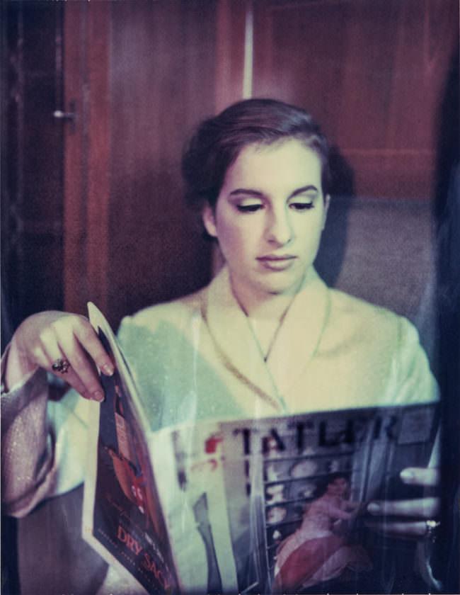 Portrait einer Frau, die eine Zeitschrift liest