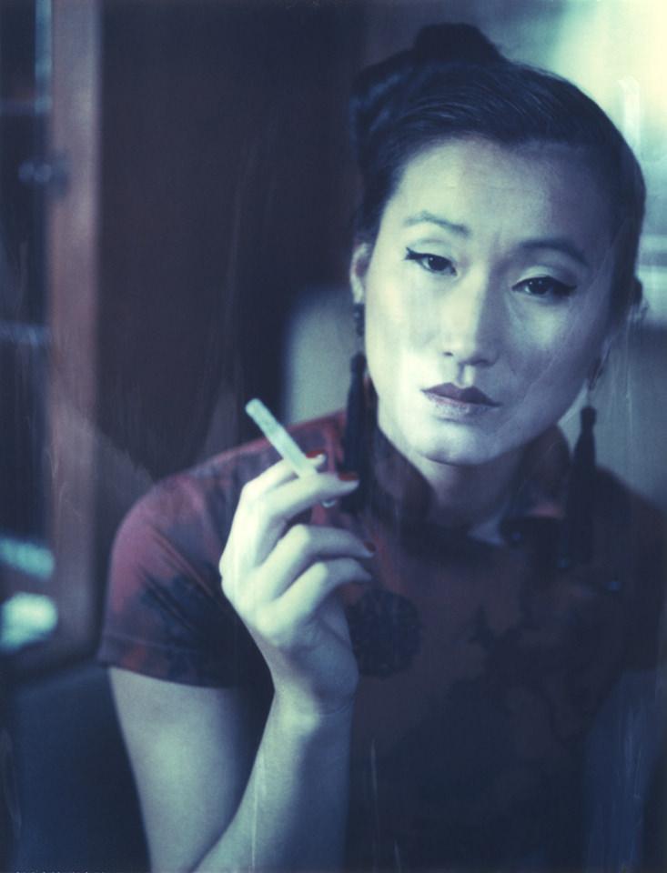 Portrait einer Frau mit Zigarette