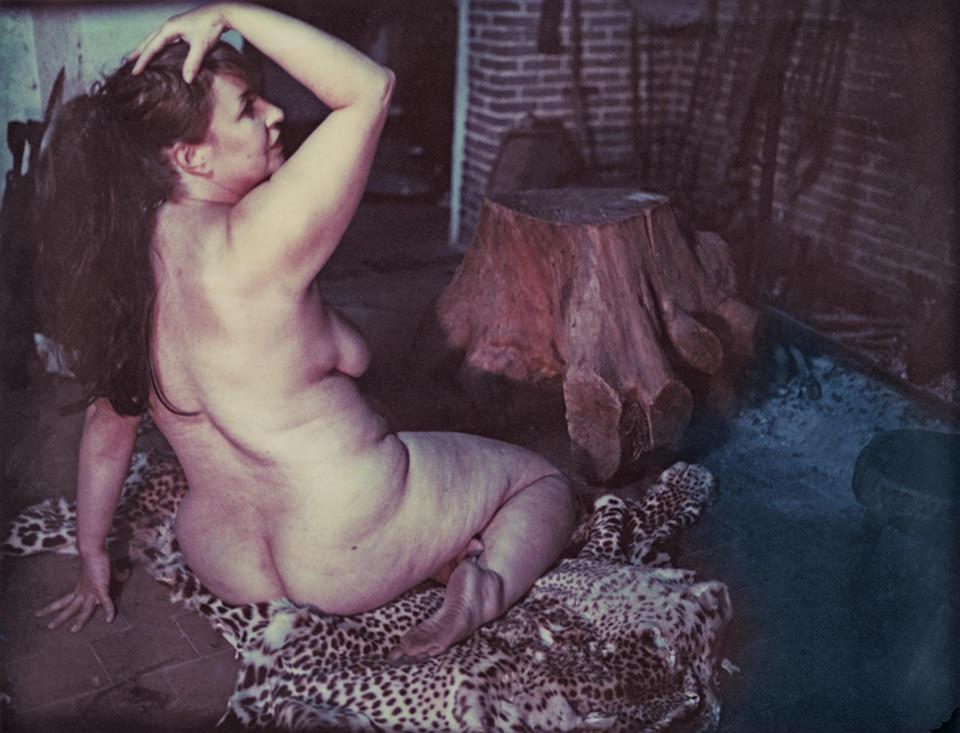 Aktaufnahmer einer Frau am Kamin