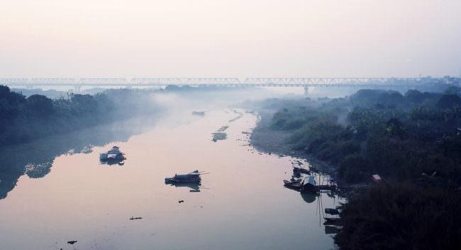 Eine Brücke über einen breiten Fluss
