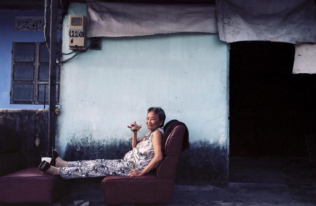Eine Frau trinkt
