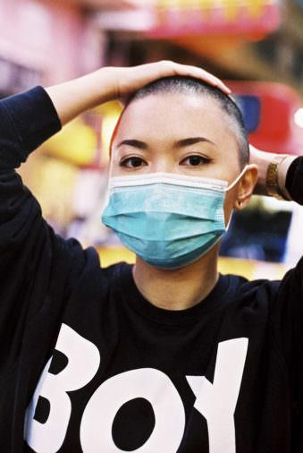 Eine Frau mir Atemschutzmaske