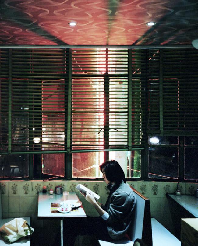 Eine Frau in einem Cafe