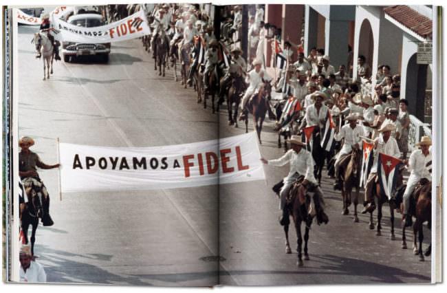 Aufnahme aufgeschlagener Buchseiten mit der Abbildung einer Parade