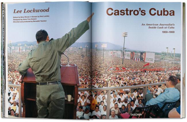 Aufnahme aufgeschlagener Buchseiten mit der Abbildung eines vor hinten aufgenommenen Mannes vor einer Menschenmenge