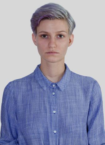 Eine Frau mit blauen Haaren.