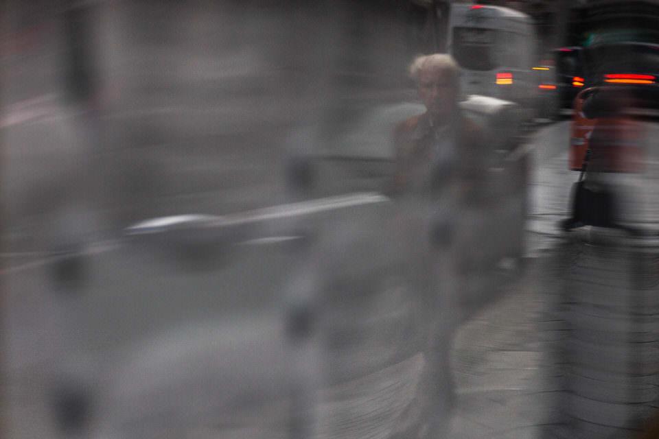 Ein Mann spiegelt sich