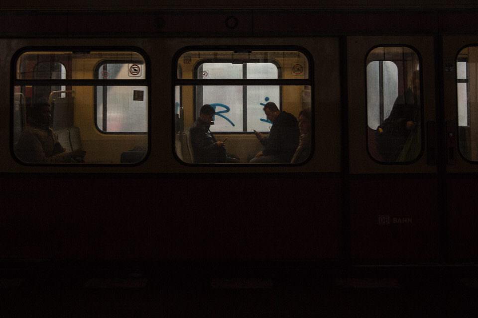 Menschen im Bahnfenster