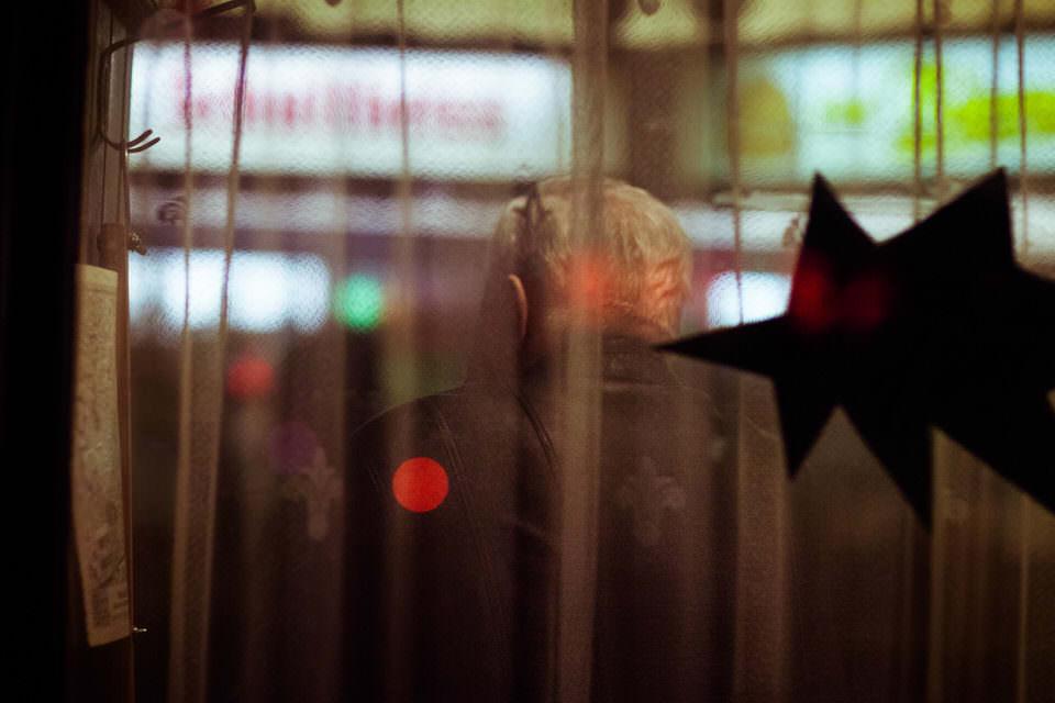 Stadtlichter und Spiegelungen