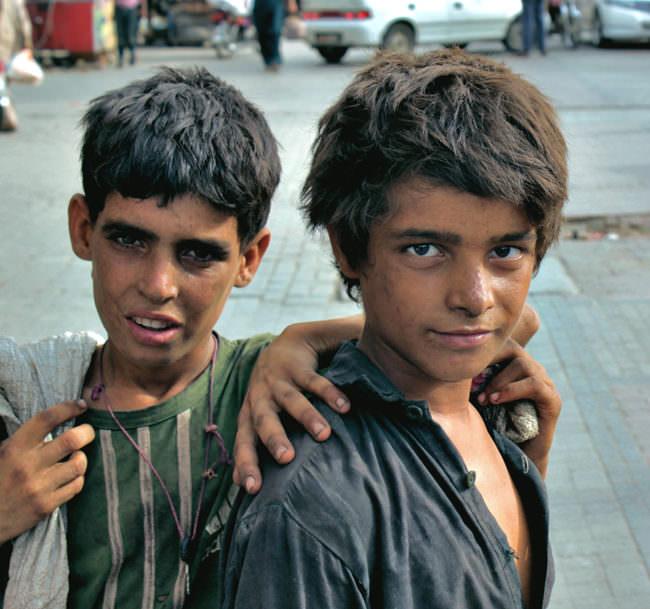 Zwei Jungen auf der Straße