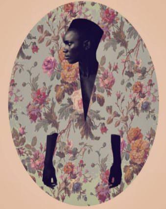 Frau mit Kleid, mit demselben Muster der Wand dahinter