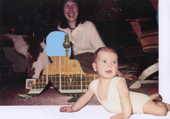 Lachende sitzende Frau mit Baby im Vordergrund und Ausschnitt vom Palast der Republik eingefügt.