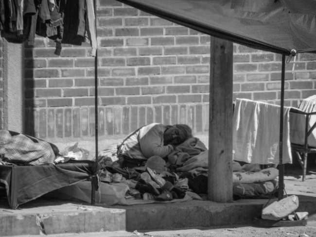 Eine Frau schläft auf der Straße