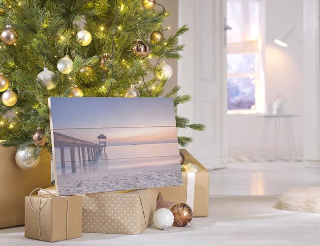 Ein Wandbild unter dem Weihnachtsbaum