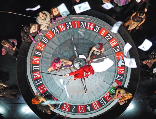 Roulette Tisch mit fliegenden Scheinen von oben.