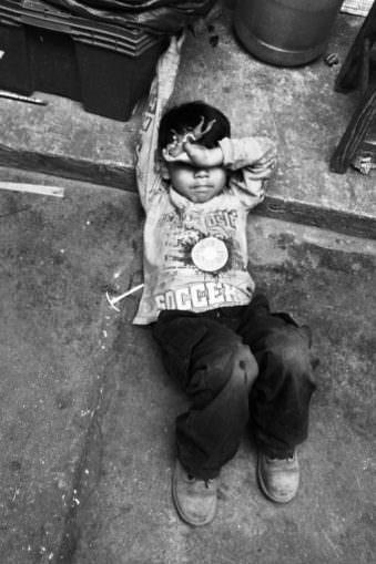 Ein Kind liegt auf der Straße