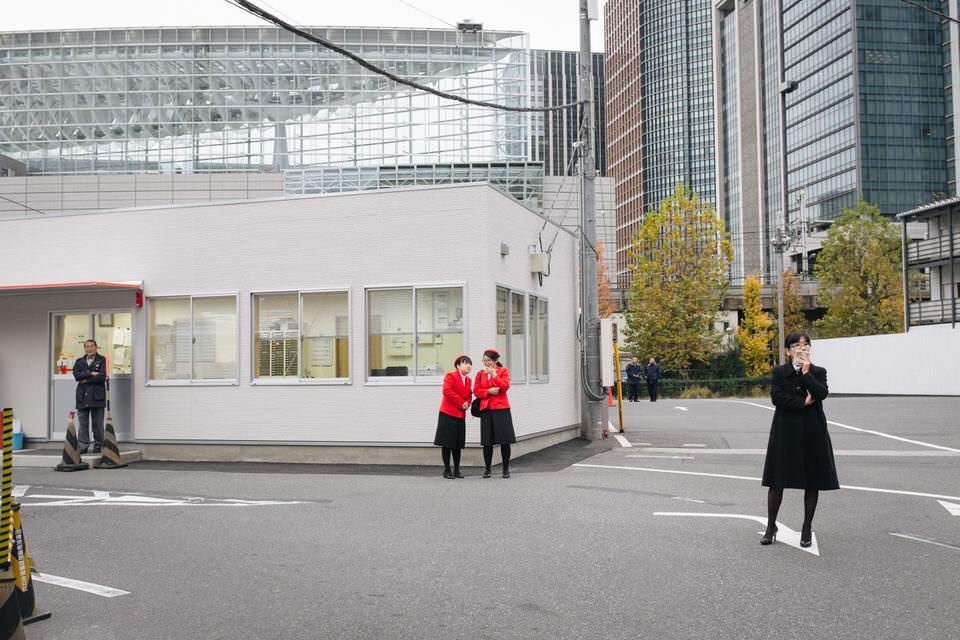 Zwei Frauen in rot gekleidet an einer Straße