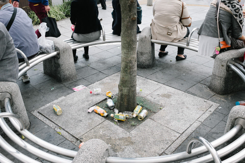 Müll um einen Baum