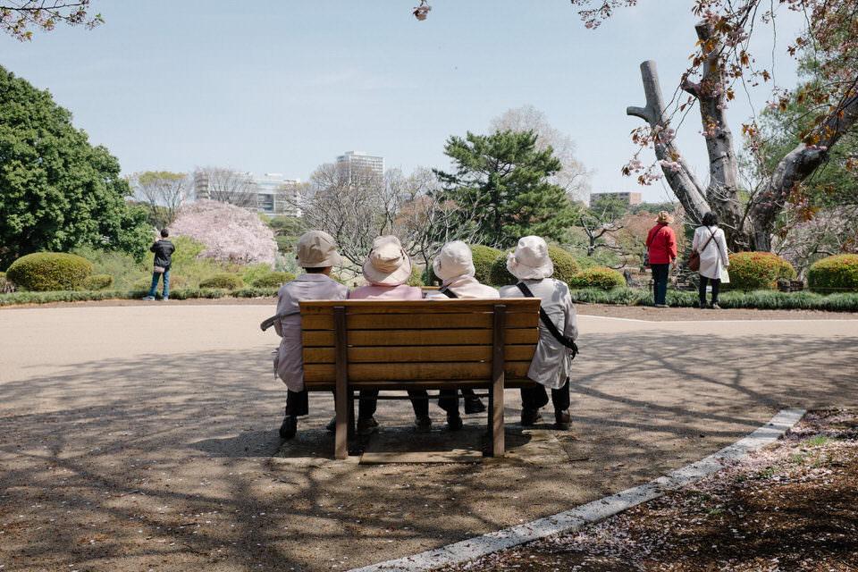Vier Menschen auf einer Bank
