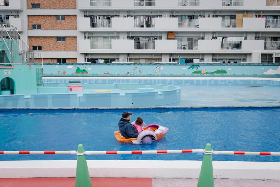 Ein Mann mit einem Kind in einem Spielzeugboot