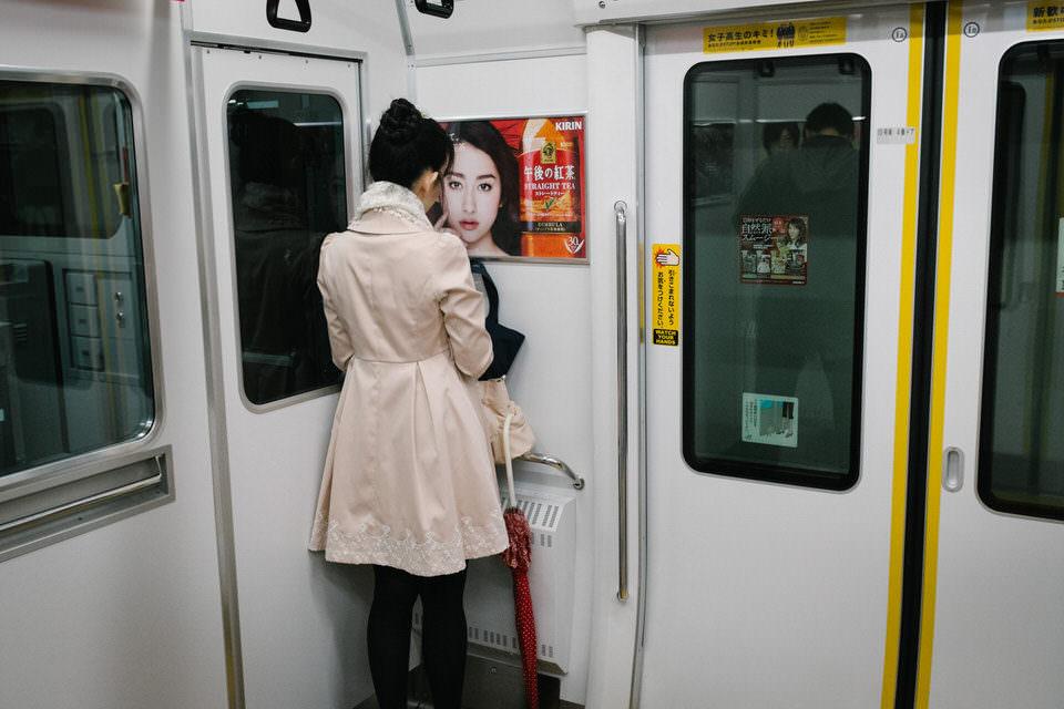 Eine Frau betrachtet ein Poster in einer Bahn