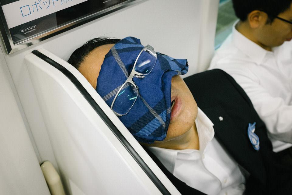 Ein Mann mit Tuch vor den Augen über dem eine Brille hängt