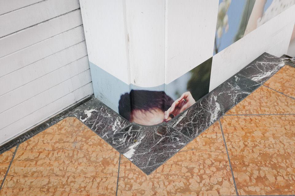 Eine Häuserfassade mit abgeschnittenem Portrait