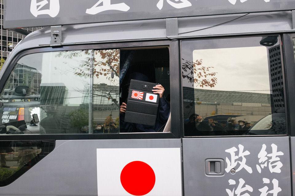Ein Auto mit japanischer Flagge