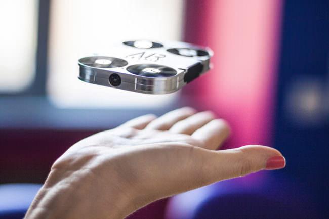 Mini Drohne fliegt über einer geöffneten Hand