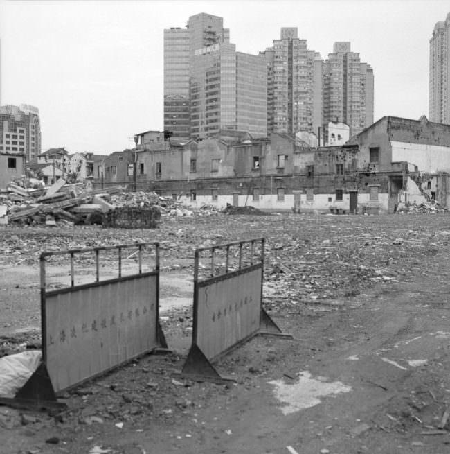 Baustelle beim Abriss eines Hauses vor Hochhäusern