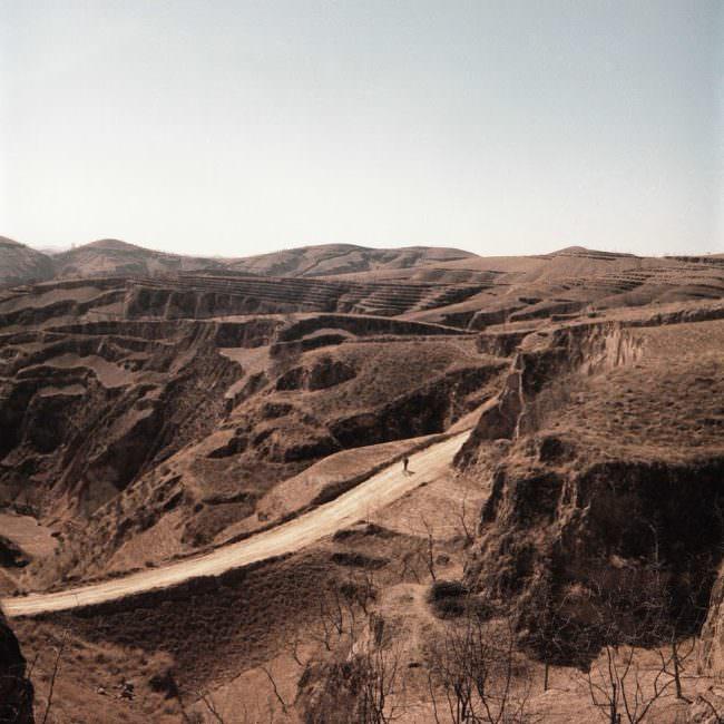 Eine Straße durch eine Landschaft