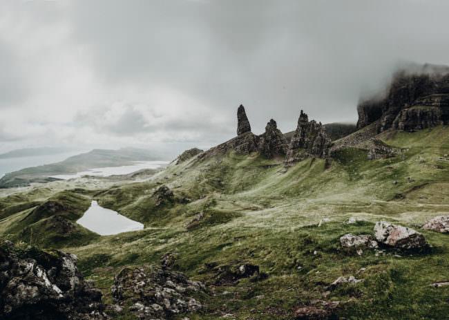 Grüne Berglandschaft mit Bergeseen