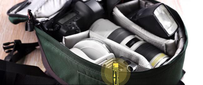 Kamerarucksack mit Kamera und Objektiven und RFID-Stickern