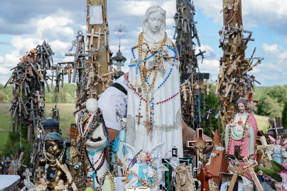 Kreuze und Statuen