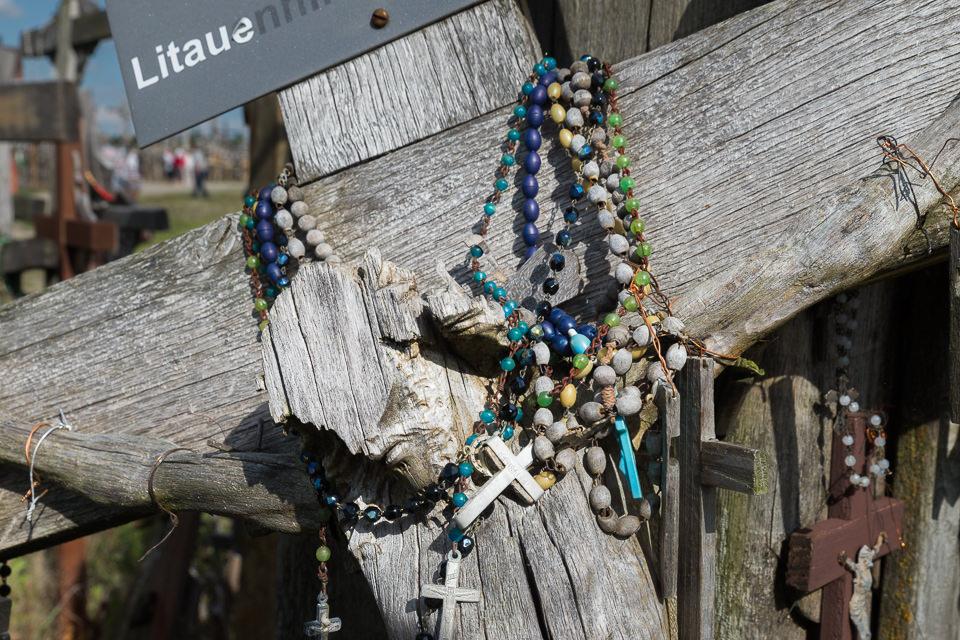 Gebetsketten um ein Kreuz gelegt
