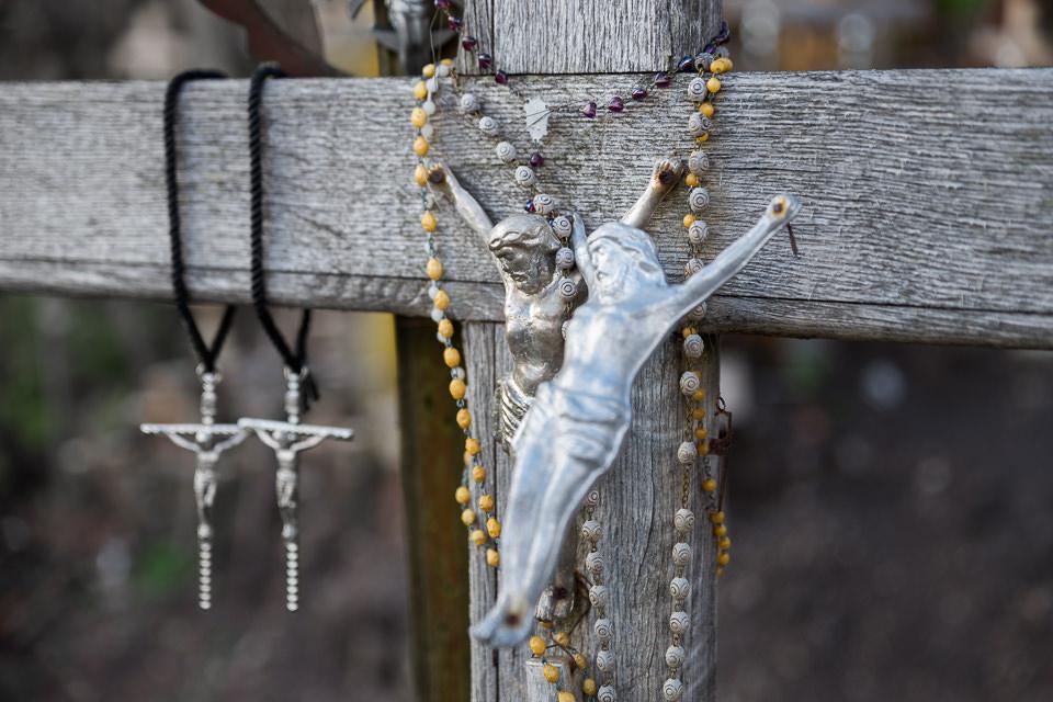 Ketten an einem Kreuz